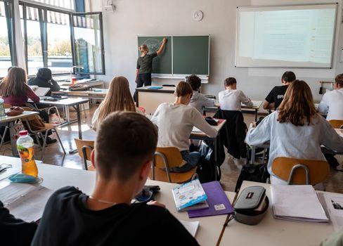 """""""Nationale Obsession"""" der Deutschen? Unterricht bei geöffnetem Fenster (an einer Schule in Karlsruhe)"""