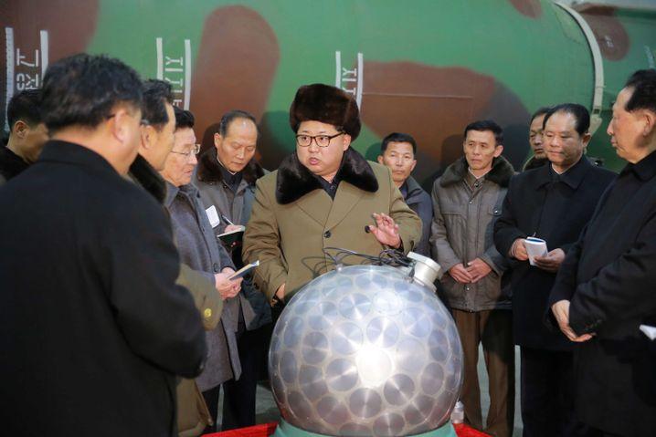 Diktator Kim Jong Un mit angeblicher Atomwaffe (2016)