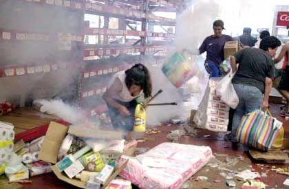 Einkaufen auf argentinisch: Während der schweren Unruhen in der Hauptstadt, bei denen fast 200 Menschen verletzt wurden, räumten Tausende die Geschäfte aus. Die Regierung hat noch keine Rezepte gegen die seit vier Jahren anhaltende schwere Wirtschafts- und Finanzkrise gefunden