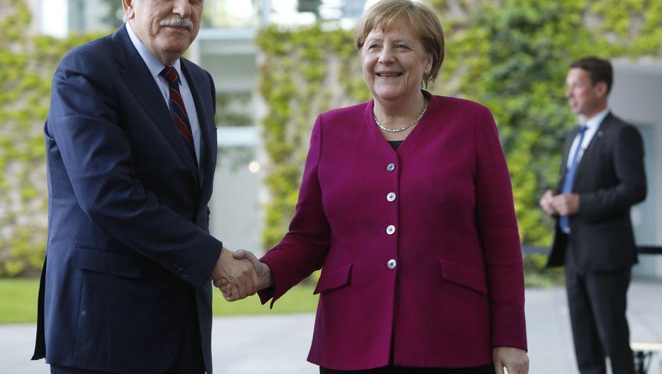 Symbolischer Handschlag: Libyens Regierungschef Fajes al-Sarraj bat bei Angela Merkel um Hilfe.