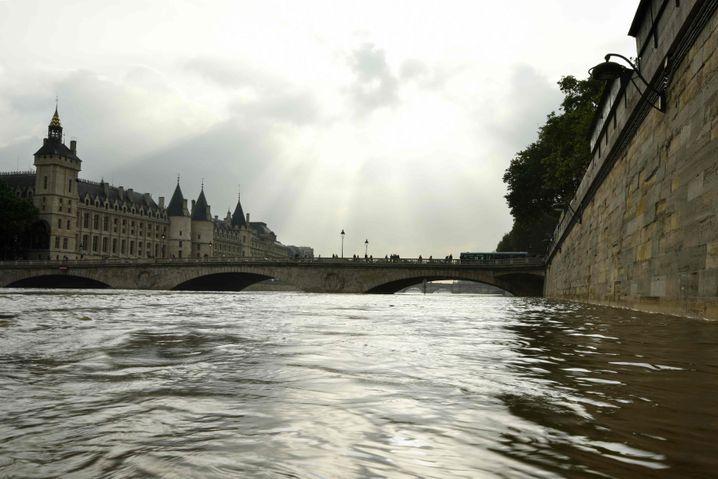 Übervolle Seine in Paris (am 5. Juni)