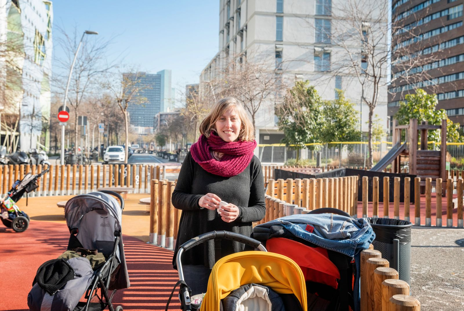 Spanien, Katalonien, Barcelona, Superblock Projekt, Stadtteil Poblenou, Carrer de la Ciutat de Granada mit Carrer de Sancho de Avila. Kindergaerterin Arantxa Gil Dias.