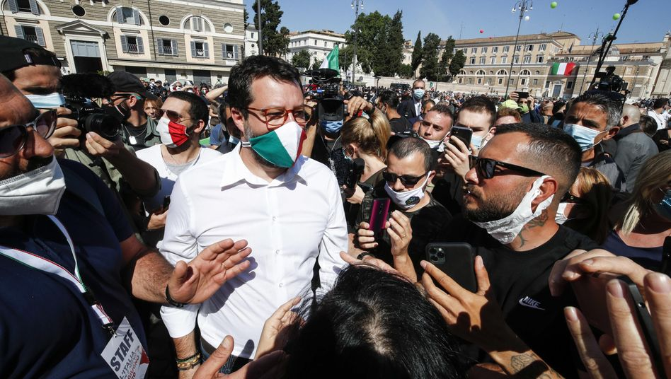 Salvini mit Italien-Maske inmitten von Demonstranten in Rom