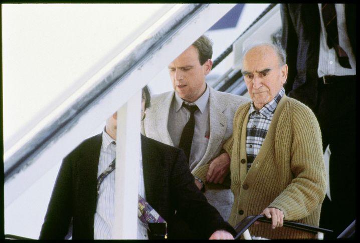 """NS-Verbrecher Schwammberger (r.) am Flughafen Stuttgart 1990: """"Hitler war sein Gott"""""""