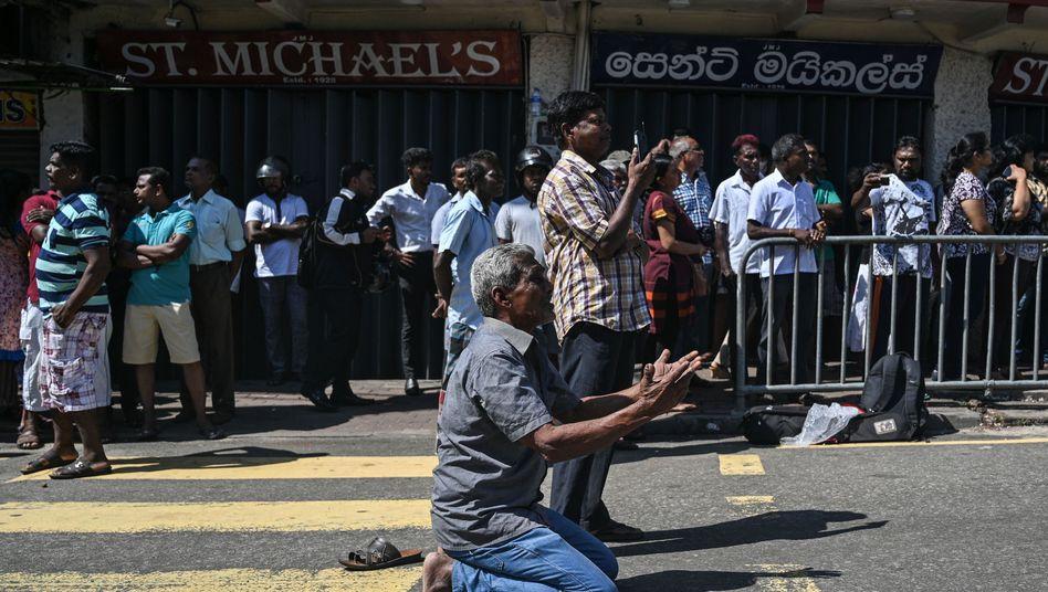 Betende Menschen in Colombo (Sri Lanka)