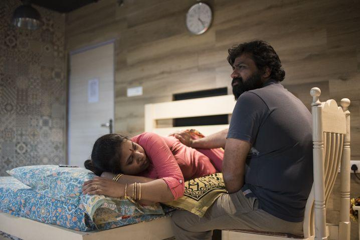 Das Ehepaar Ravali (l.) und Phani Garimella planen, auch ihr zweites Kind in dem Geburtshaus Sanctum in Hyderabad zu bekommen.