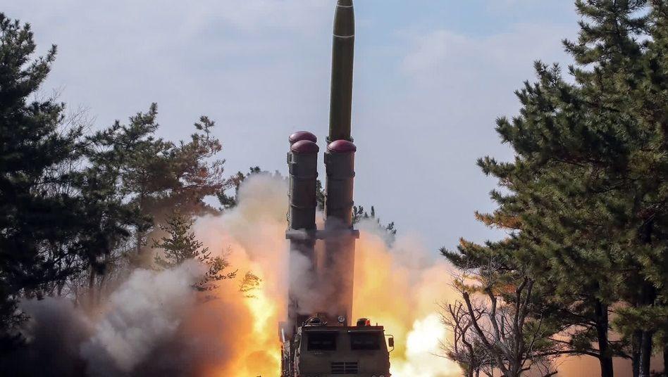 Ein Bild der nordkoreanischen Agentur YNA soll den Abschuss einer Rakete bei einer Militärübung Anfang März zeigen