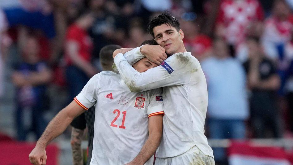 Spaniens Mikel Oyarzabal (links) beim Torjubel mit Álvaro Morata gegen Kroatien