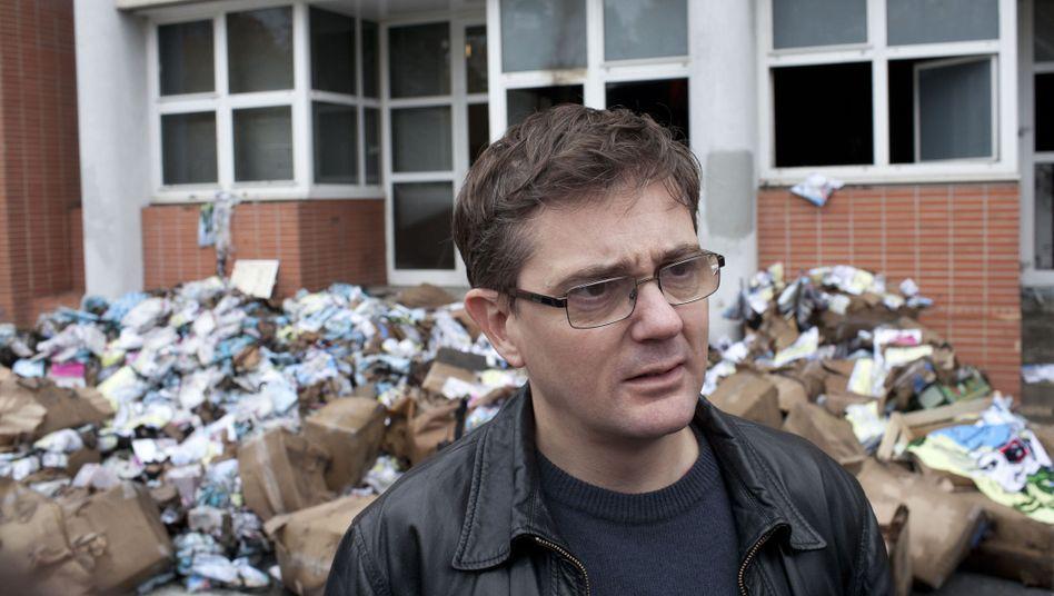 """Nach dem Anschlag: Herausgeber """"Charb"""" vor dem Redaktionsgebäude"""