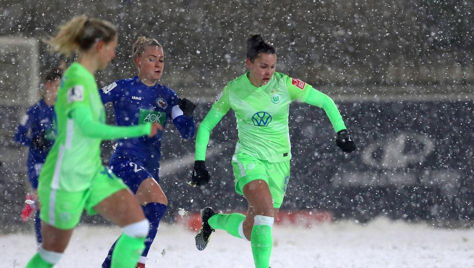 Lena Oberdorf (r.) treibt den Ball durch das Mittelfeld
