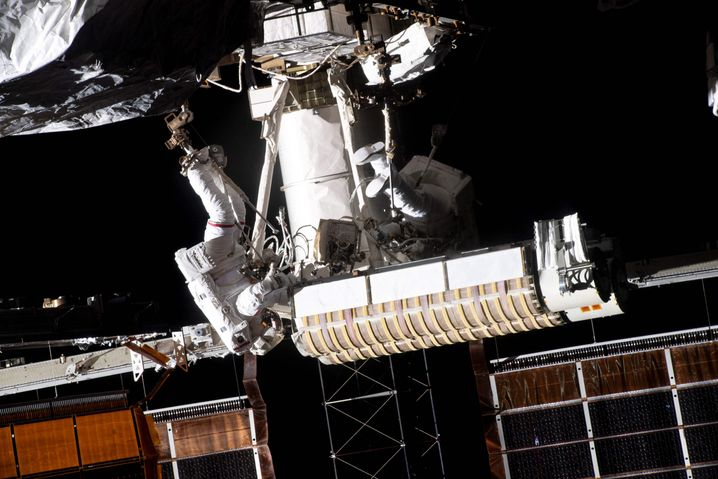 Die Astronauten der Esa und der Nasa haben den ersten von sechs neuen Sonnenkollektoren der Internationalen Raumstation ISS installiert und zum Einsatz gebracht