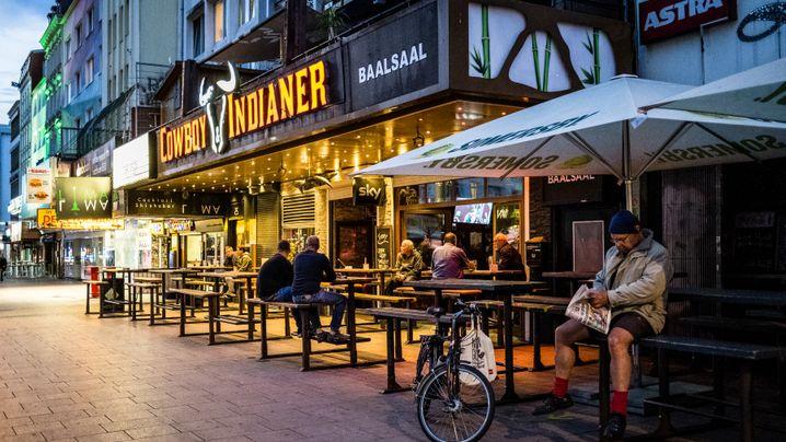 Auf der Reeperbahn abends um halb elf: Hamburgs Kneipen öffnen wieder