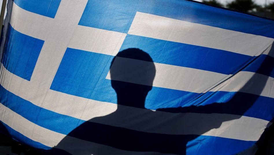 Grieche mit Nationalflagge: Alles Memmen in Berlin und Brüssel?