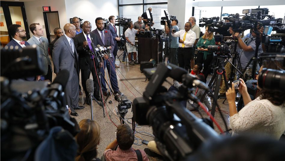 Anwälte beantworten Fragen von Journalisten in Dallas: Die Anklage hatte 28 Jahre Haft für die Ex-Polizistin gefordert