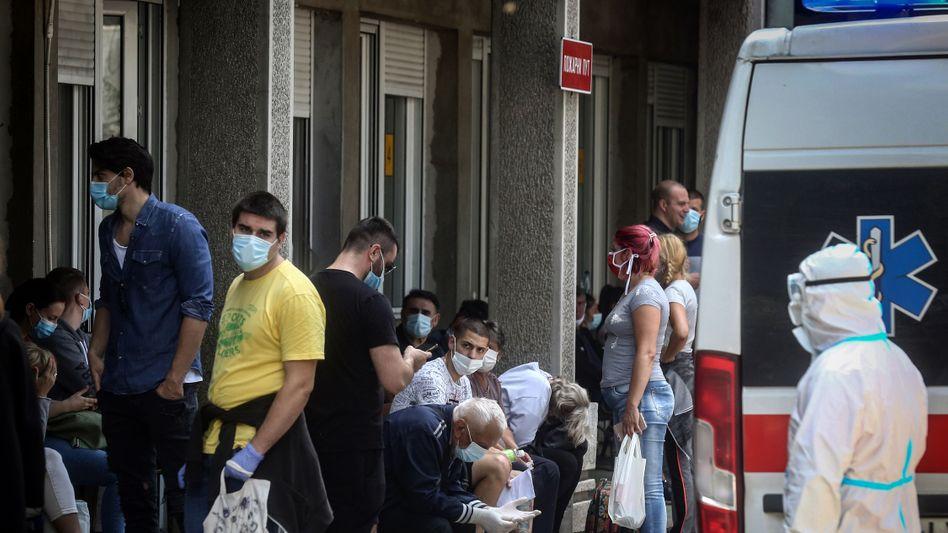 Vor dem Belgrader Tropenkrankenhaus warten Menschen auf einen Corona-Test