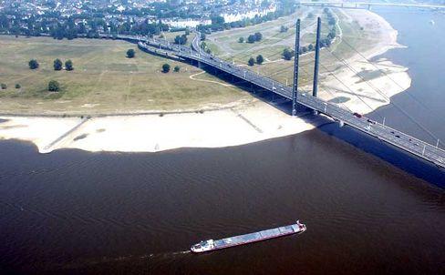 Niedrigwasser am Rhein in Düsseldorf im August 2003: Werden extreme Hitzewellen zur Regel?