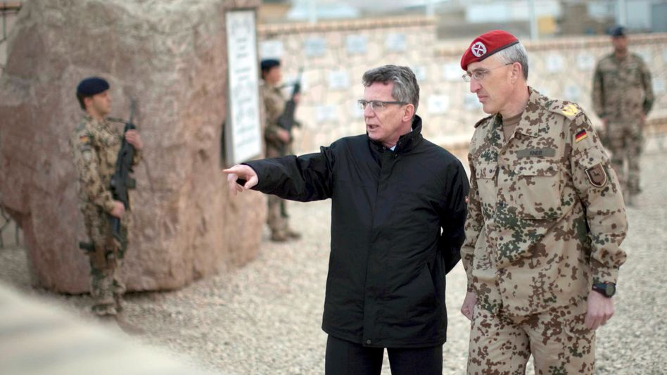 Defense Minister Thomas de Maizière with General Major Markus Kneip in Afghanistan.