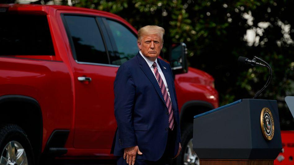 Donald Trump vor dem Weißen Haus: Laut einem republikanischen Gouverneur soll der US-Präsident nicht schnell genug auf die Bedrohung durch die Pandemie reagiert haben