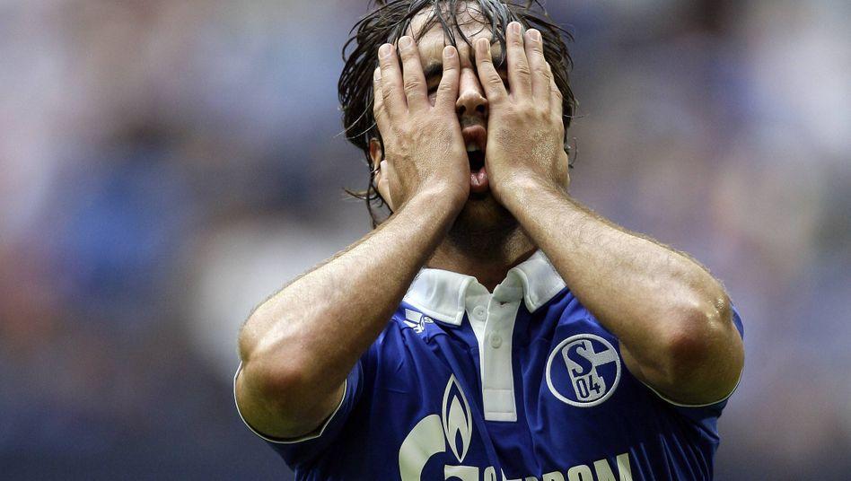 Schalke bringt selbst einen Weltstar wie Raúl zum Haareraufen