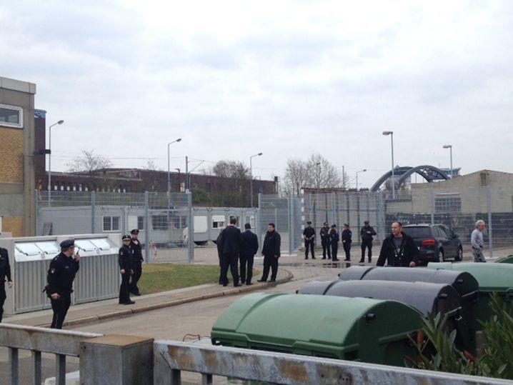 Polizisten im Hamburger Stadtteil Hammerbrook: Niemand in Asylbewerberunterkunft verletzt