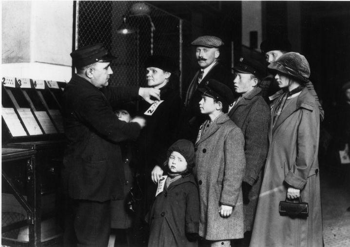 Ellis Island in New York: Eine deutsche Einwandererfamilie wird registriert