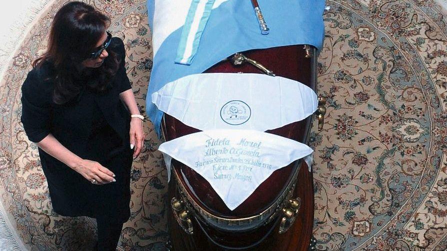 Cristina Kirchner am Sarg ihres Mannes
