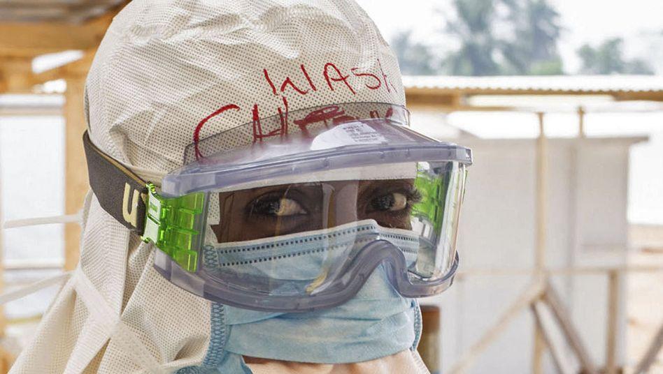 Helfer in Sierra Leone (Archivbild): So lange es noch einen Fall gibt, kann die Epidemie jederzeit wieder aufflammen