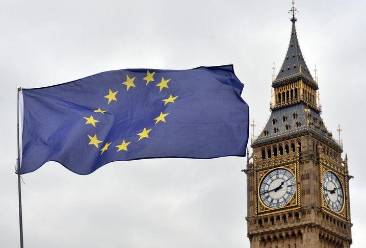 EU-Flagge vor dem House of Parliament