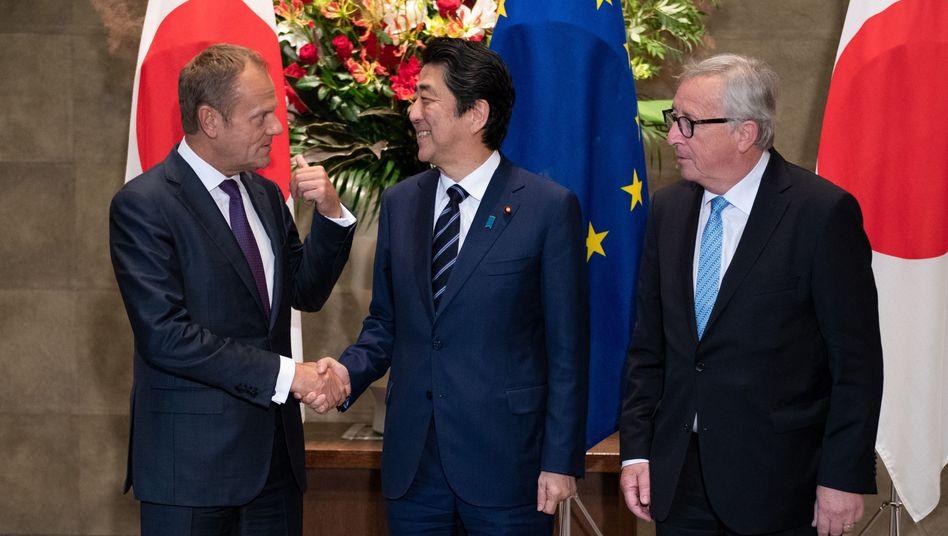 EU-Ratspräsident Tusk, Japans Premier Abe, EU-Kommissionschef Juncker