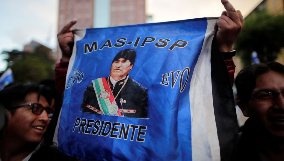 La Paz: Ein Unterstützer von Evo Morales schwenkt eine Flagge mit dem Konterfei des Präsidenten