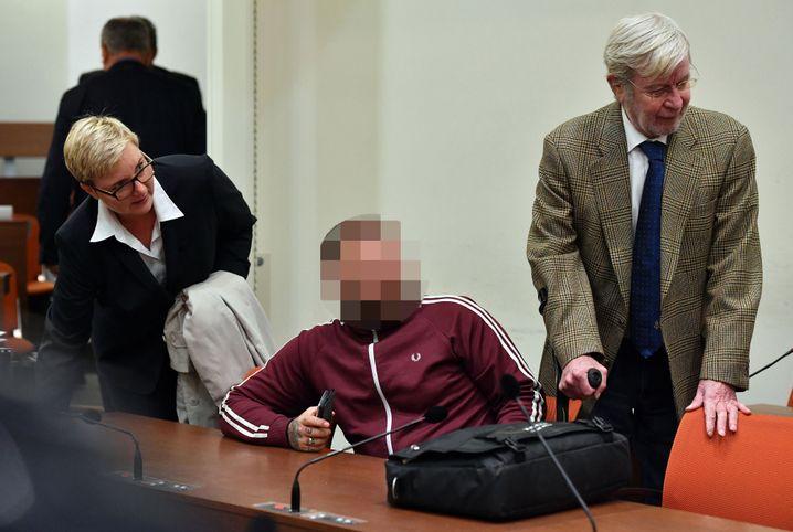 André E. (Mitte) vor Gericht