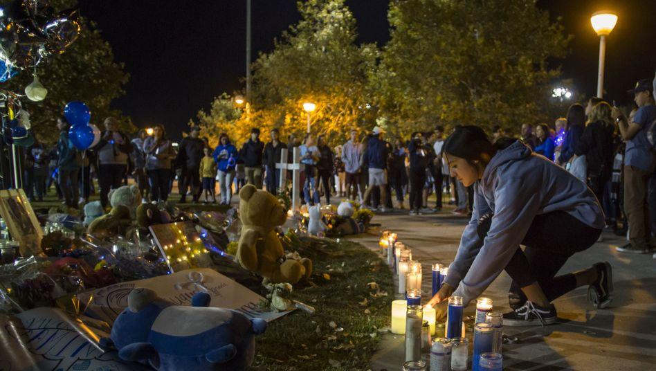 """Gedenken in Santa Clarita: """"Wie soll ich zur Schule gehen, wenn meine Mitschüler es nicht mehr können"""", heißt es in dem Gedicht von Jilli Spencer"""