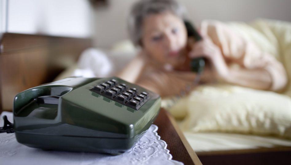 Anruf bei Seniorin (Symbolbild)