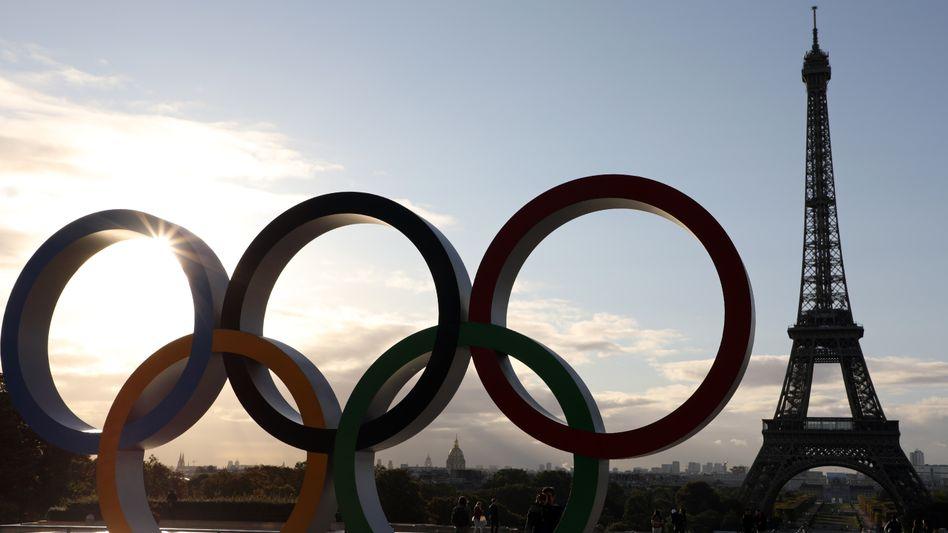 Die olympischen Ringe vor dem Eiffelturm