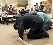 Wirft sich auf den Boden, um Buße zu tun: Der Betreiber der Anlage in Tokaimura, Kitani