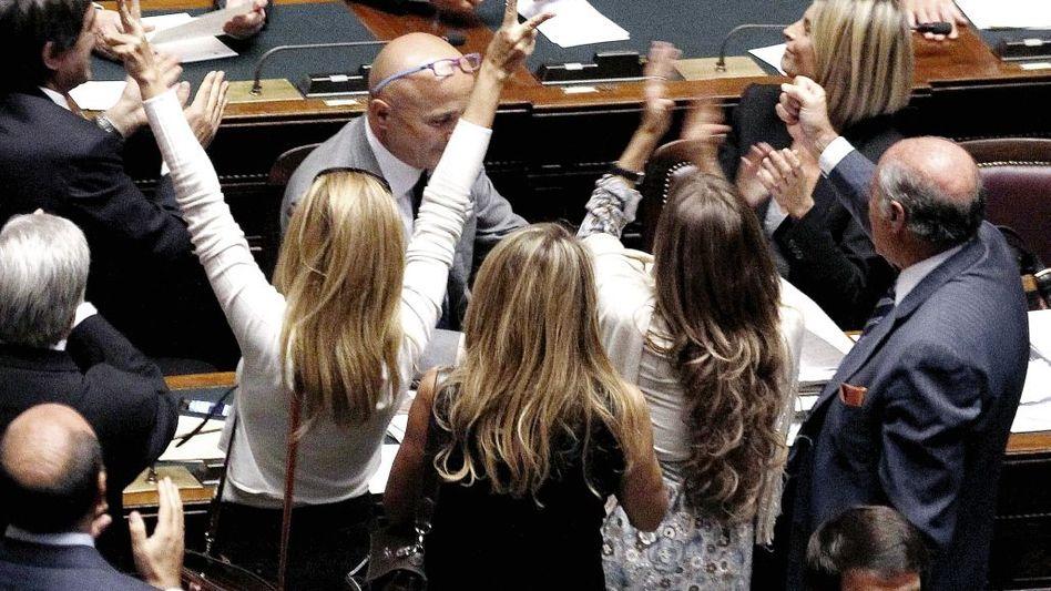 Premier Berlusconi, jubelnde Anhänger(*1): Das Leben eines orientalischen Satrapen