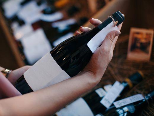 Für Weinetiketten gibt es klare Vorschriften: Der Winzer, die Traubensorte und die Region sowie der Alkoholgehalt müssen genannt werden. Alles andere ist Blickfang.