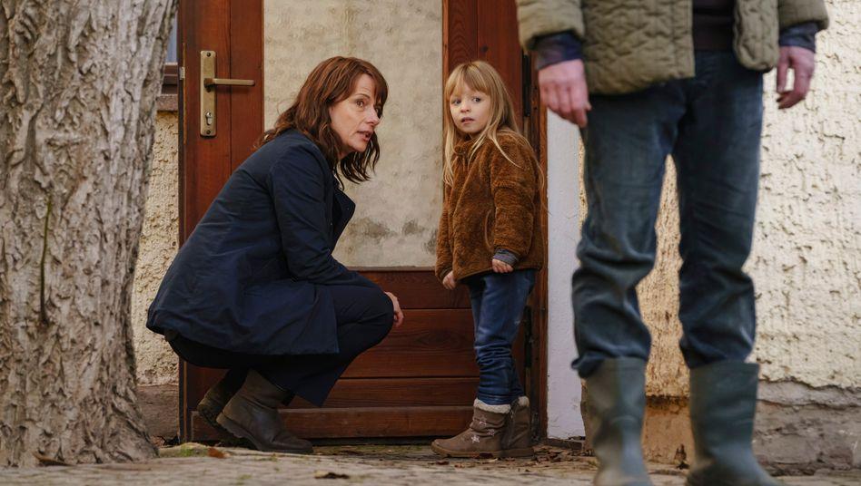 Trauerspiel mit kleinen Lichtblicken: Kommissarin Brasch (Claudia Michelsen) mit der Tochter des Opfers