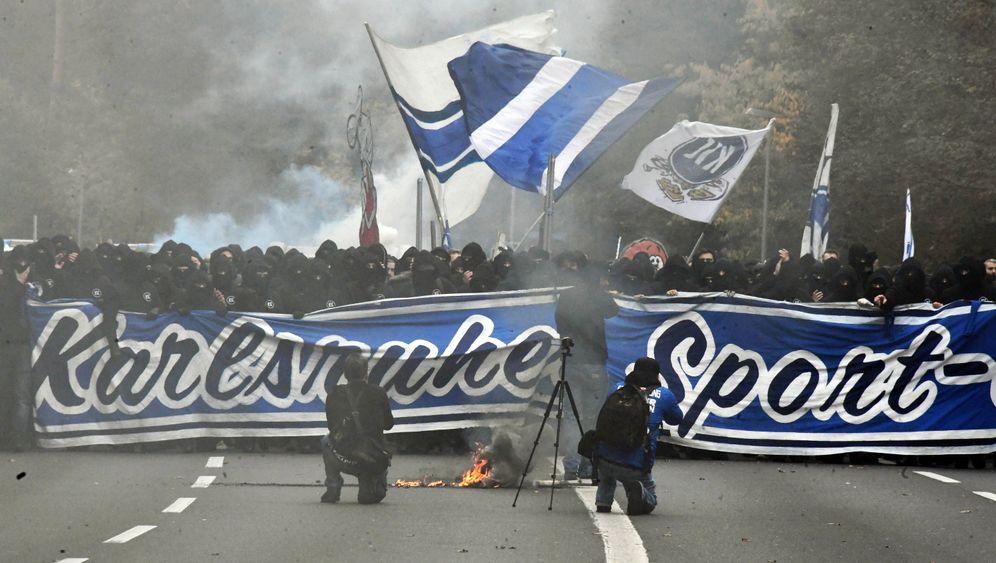 Derby KSC - Stuttgart: Viel Rauch um wenig