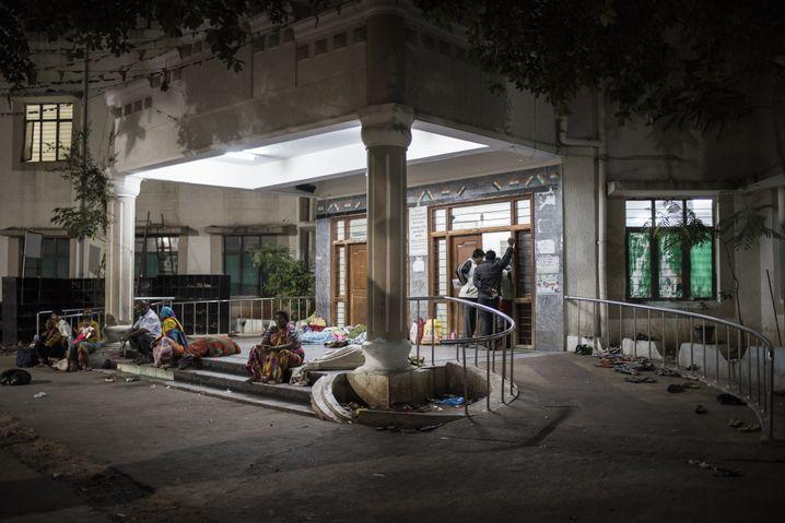 Angehörige dürfen nicht mit in den Kreißsaal. Viele schlafen auf den Stufen davor.