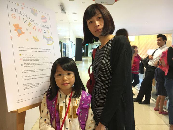 Schülerin in Singapur mit ihrer Mutter