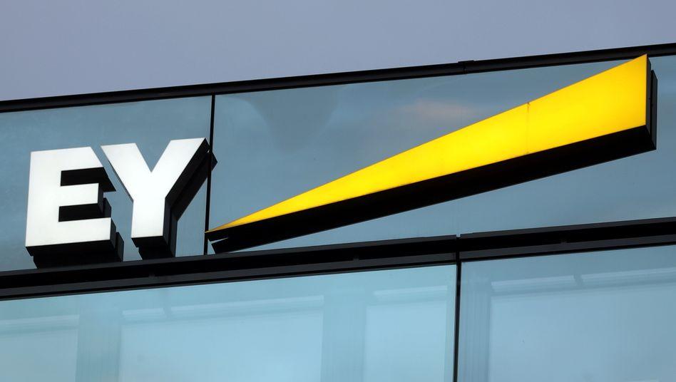 Logo von EY: Die Wirecard-Affäre hat für den Konzern empfindliche Folgen