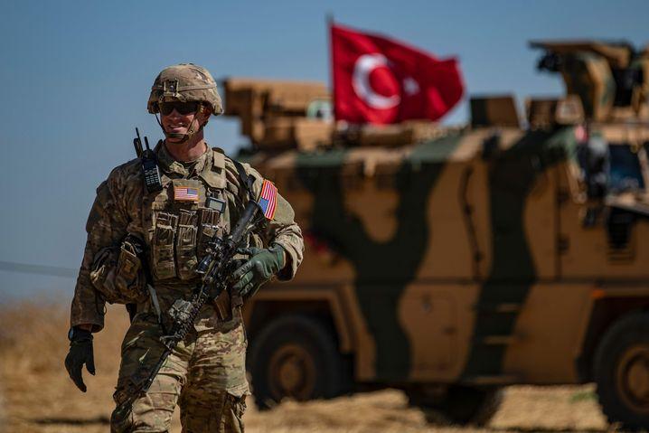 US-Soldat bei gemeinsamer Patrouille mit türkischen Soldaten in Syrien: Abzug der ersten 50