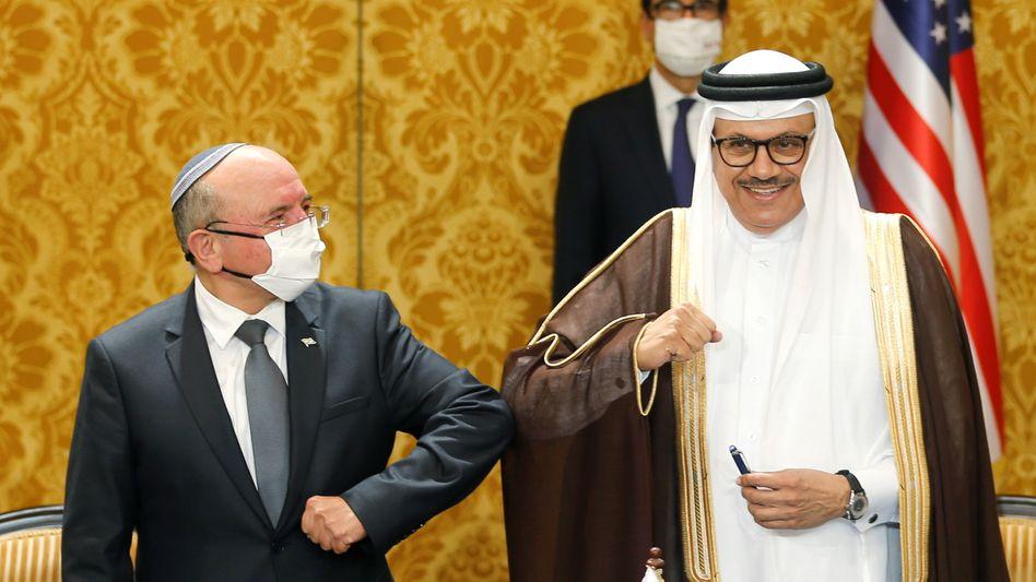Israels Nationaler Sicherheitsberater Meir Ben-Schabat und Bahrains Außenminister Abdullatif al-Sajani in Manama