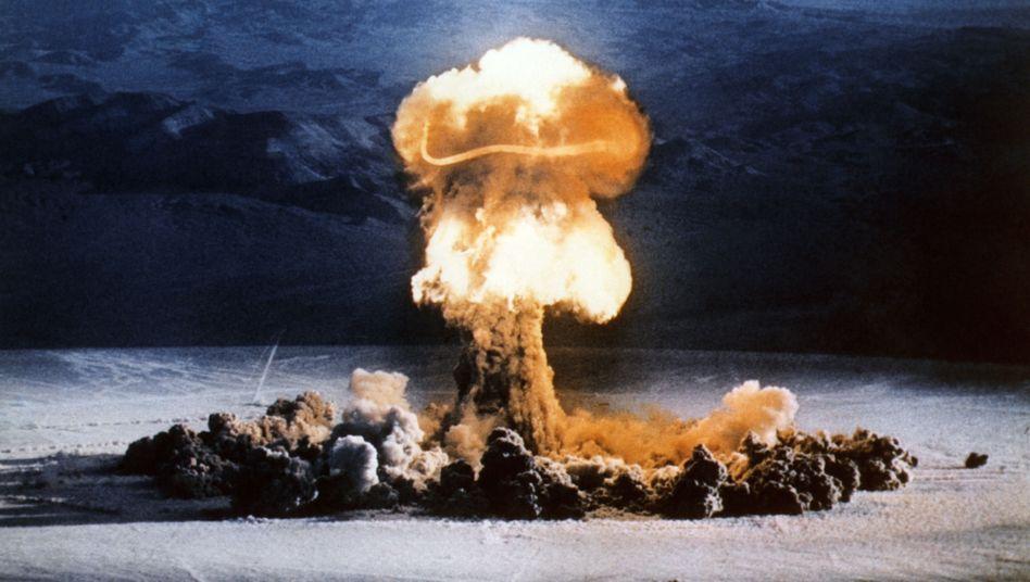 """Atombombenexplosion in den USA (Test der 37-Kilotonnenbombe """"Priscilla"""" in der Wüste von Nevada am 24. Juni 1957)"""