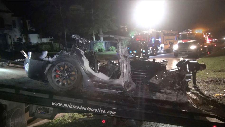 Nur noch Schrott: Zerstörter Tesla nach Unfall in The Woodlands, Texas am 17. April
