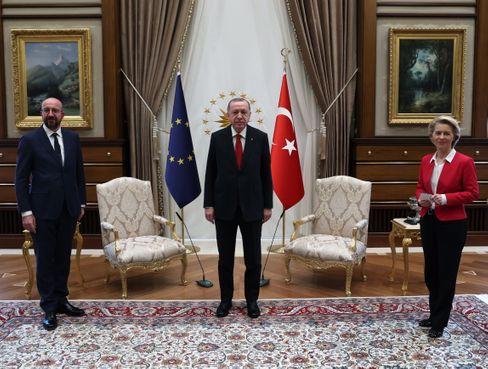 Charles Michel (l.), Recep Tayyip Erdoğan und Ursula von der Leyen
