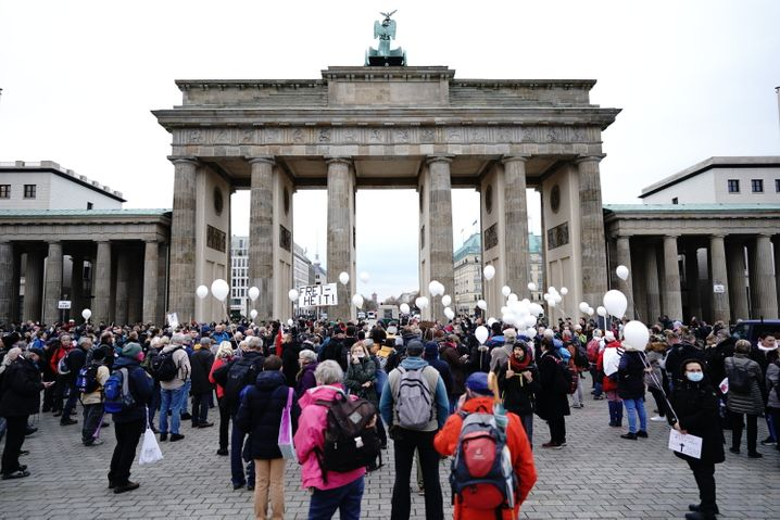 Vor dem Brandenburger Tor sammelten sich am Mittwochmorgen bereits erste Protestierende