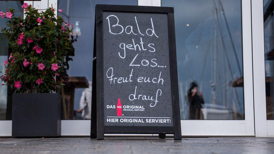 Schild vor einem Restaurant in Schleswig-Holstein: Ab Montag gibt es weitere Lockerungen