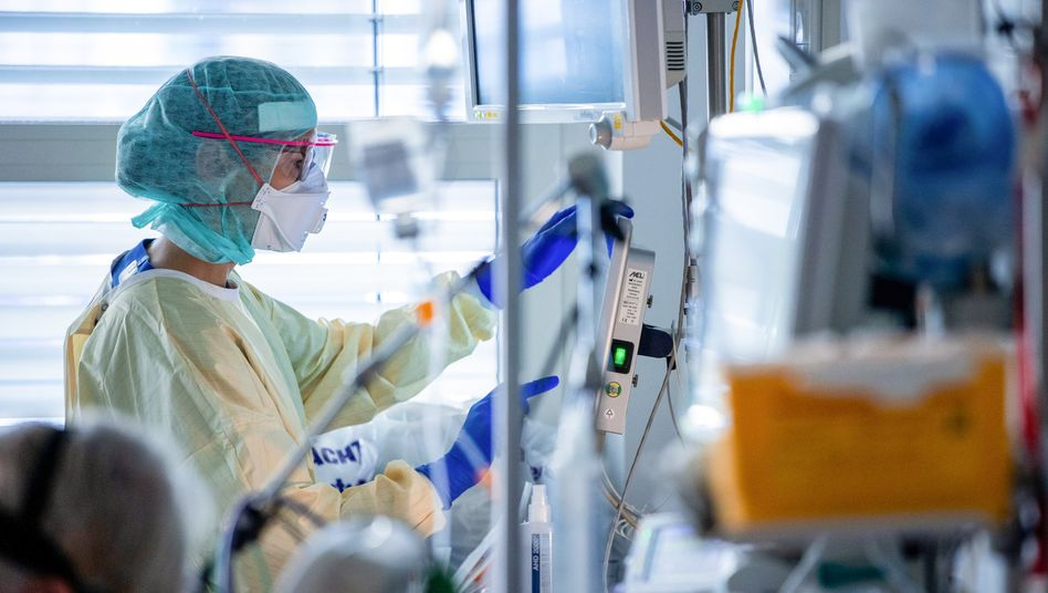 Intensivstation des Universitätsklinikums Greifswald: Arbeit am Bett eines Covid-19-Patienten